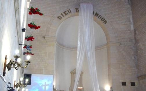 """Vista geral da Église Réformée de Belleville, em Paris. Na frase em dourado, """"Deus é Amor"""""""