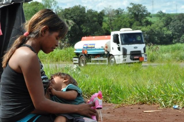 Guarani-Kaiowá amamentando à beira da estrada no MS